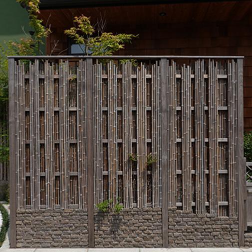 竹の縦のラインを生かしてすっきりと見せる
