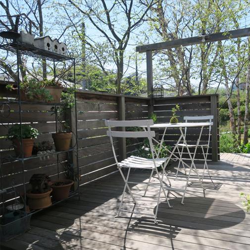居心地のよい木製のフェンスとデッキ