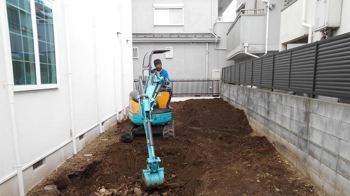 【施工1】更地にユンボを入れて木を植えるための穴を掘る