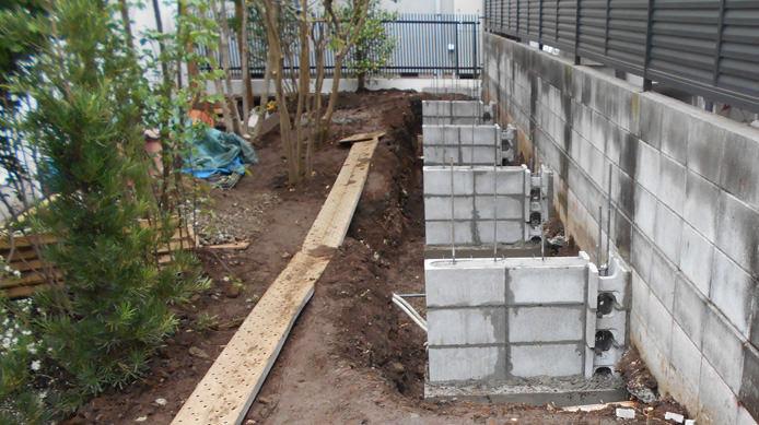 【施工3】隣家との境の擁壁に控壁を設けて強度を増す