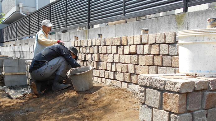 【施工4】庭の背景として擁壁にイタリア斑岩を貼る